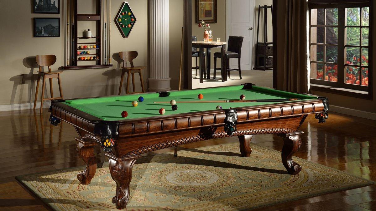 Billardzimmer mit einem Billiard-Royal® Pool Billardtisch und Billard Zubehör.